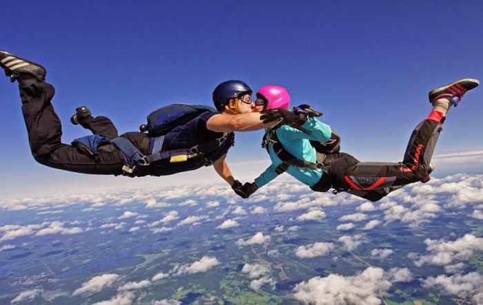 Как отметить 23 февраля с любимым: прыжок с парашютом