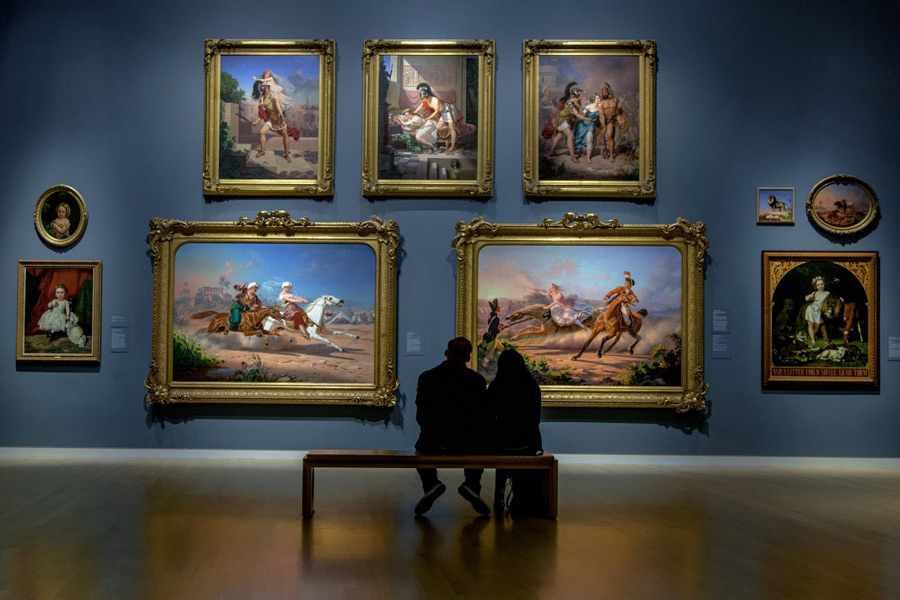 Влюблённые на выставке картин