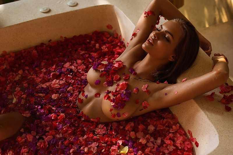 Подарок в ванне из лепестков роз