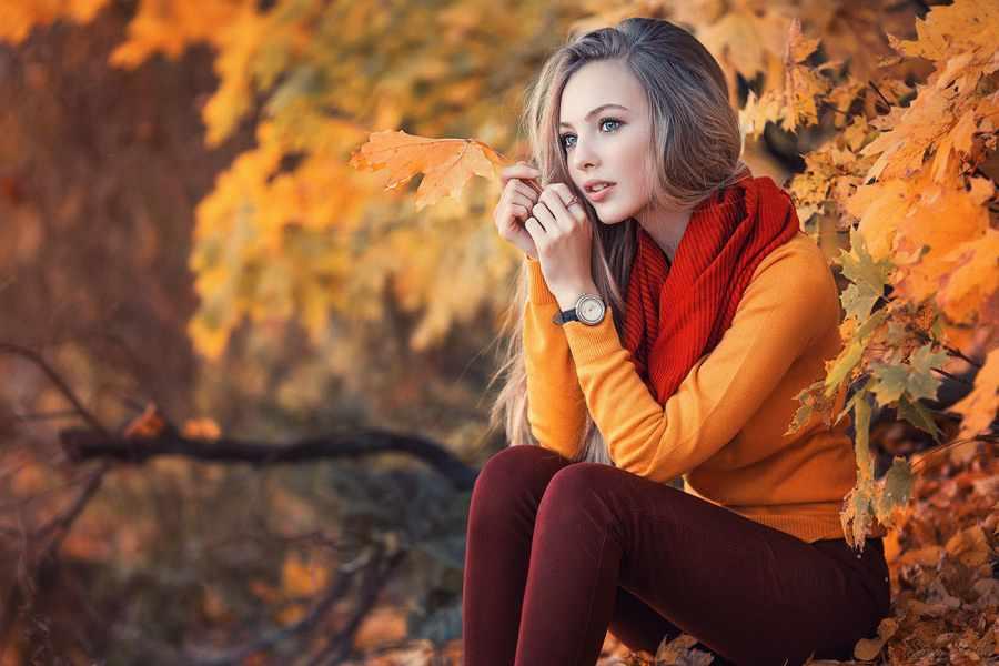 Устроить фотосессию на фоне осенних листьев