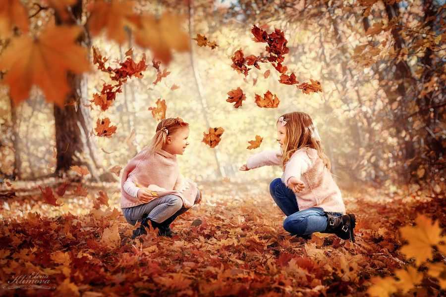 Прыгать в опавшей листве