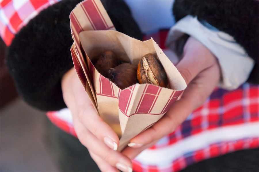 Купить печеные каштаны у уличных продавцов